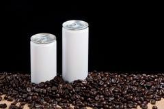 Granos de café alrededor de las latas blancas Imagen de archivo
