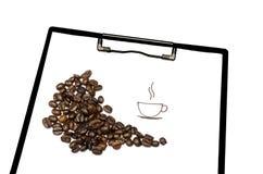Granos de café aromáticos a bordo el fondo blanco Imágenes de archivo libres de regalías