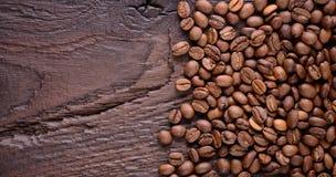 Granos de café aromáticos en un escritorio de madera viejo Visión superior con un espacio de la copia para su texto Fondo macro d Imágenes de archivo libres de regalías