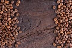 Granos de café aromáticos en una tabla de madera vieja Visión superior con la copia para el texto Fondo creativo Foto de archivo