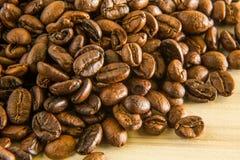 Granos de café asados cerca encima de la macro de la imagen Fotografía de archivo libre de regalías