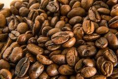 Granos de café asados cerca encima de la macro de la imagen Fotos de archivo libres de regalías