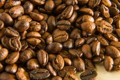 Granos de café asados cerca encima de la macro de la imagen Foto de archivo