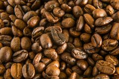 Granos de café asados cerca encima de la macro de la imagen Fotografía de archivo