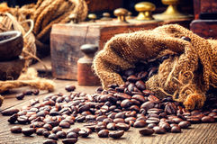 Granos de café asados en el ajuste del vintage Foto de archivo libre de regalías