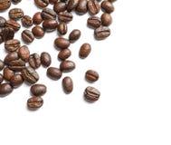 Granos de café asados en el fondo blanco imágenes de archivo libres de regalías