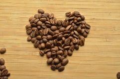 Granos de café asados en forma de corazón Fotos de archivo libres de regalías