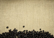 Granos de café asados en la arpillera Foto de archivo
