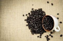 Granos de café asados en la arpillera Foto de archivo libre de regalías