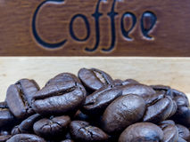 Granos de café asados en la caja de madera Fotografía de archivo libre de regalías
