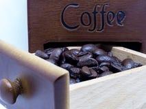 Granos de café asados en la caja de madera Fotos de archivo libres de regalías
