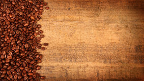 Granos de café asados en la madera rústica Imágenes de archivo libres de regalías