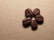 Granos de café asados en la textura de papel Fotos de archivo libres de regalías