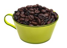 Granos de café asados en taza verde Imagen de archivo libre de regalías