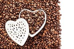 Granos de café asados en una caja en forma de corazón blanca en la tarjeta del día de San Valentín D Fotos de archivo