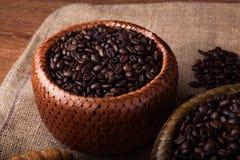 Granos de café asados en una cesta de bambú Fotografía de archivo libre de regalías
