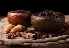 Granos de café asados en una cesta de bambú Foto de archivo