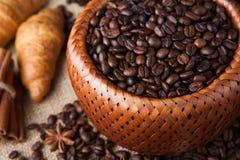Granos de café asados en una cesta de bambú Imagen de archivo