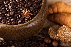 Granos de café asados en una cesta de bambú Imagen de archivo libre de regalías