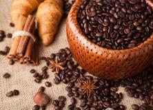 Granos de café asados en una cesta de bambú Foto de archivo libre de regalías