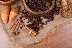 Granos de café asados en una cesta de bambú Fotos de archivo libres de regalías