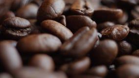 Granos de café asados en una tabla rotating Cierre para arriba almacen de metraje de vídeo