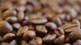 Granos de café asados en una tabla rotating Cierre para arriba almacen de video
