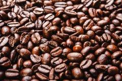 Granos de café asados fondo, macro Foto de archivo libre de regalías