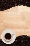 Granos de café asados oscuros en el fondo de madera Imagen de archivo libre de regalías