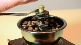 Granos de café asados que muelen en molino almacen de video