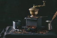 Granos de café asados sobre negro Imagen de archivo libre de regalías