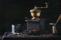 Granos de café asados sobre negro Fotografía de archivo libre de regalías