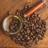 Granos de café de Brown en forma del círculo, primer de los granos de café macros para el fondo y textura En el tablero de madera Imagenes de archivo