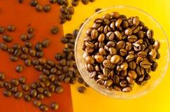 Granos de café calientes en el sol Fotos de archivo libres de regalías