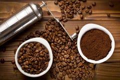 Granos de café con el café molido y la amoladora Imagen de archivo