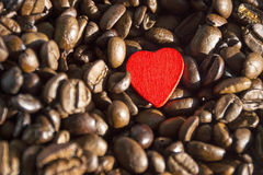 Granos de café con el corazón Foto de archivo libre de regalías
