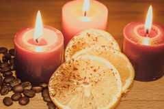 Granos de café con el limón y las velas fotografía de archivo