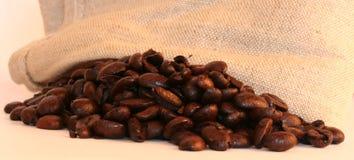 Granos de café con el saco Imagen de archivo libre de regalías