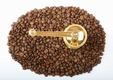 Granos de café con la amoladora Foto de archivo libre de regalías