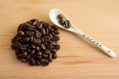 Granos de café con la cuchara Fotografía de archivo libre de regalías