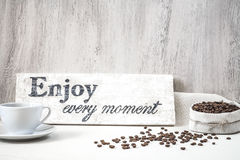 Granos de café con la taza de café Imágenes de archivo libres de regalías