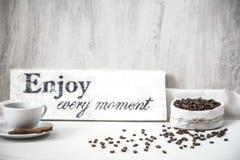 Granos de café con la taza de café Fotos de archivo libres de regalías