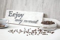 Granos de café con la taza de café Fotografía de archivo libre de regalías