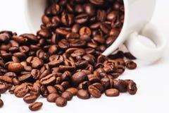 Granos de café con la taza de café blanca Imagen de archivo
