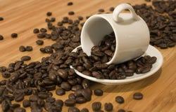 Granos de café con la taza del café express del Demitasse Fotos de archivo libres de regalías