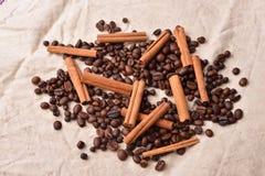 Granos de café con los palillos de canela en textura del vintage Co asado Fotos de archivo libres de regalías