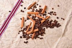 Granos de café con los palillos de canela en textura del vintage Co asado Imágenes de archivo libres de regalías
