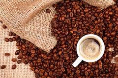Granos de café con una taza de café fotografía de archivo libre de regalías
