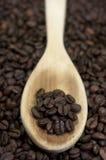 Granos de café. Cuchara de madera Imágenes de archivo libres de regalías