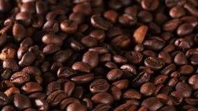 Granos de café cuidadosamente asados almacen de video